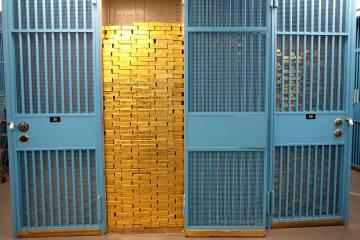 Lingotes amontonados en una de las celdas de la caja fuerte de la Reserva Federal de Nueva York