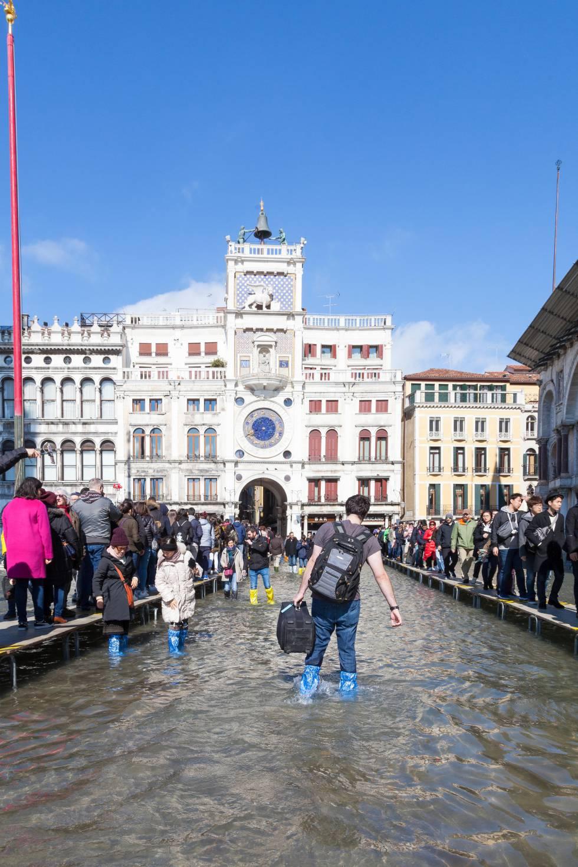 Turistas en la veneciana plaza de San Marcos, durante las inundaciones caudadas por el 'acqua alta'.