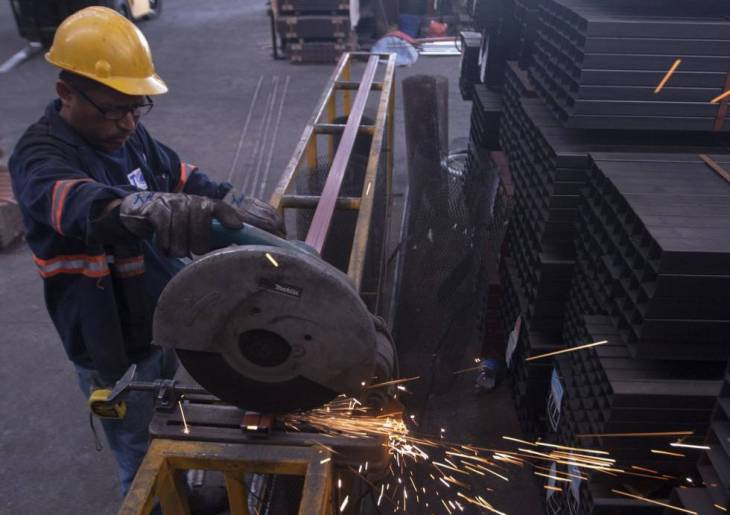 Un empleado de una siderúrgica, este jueves en Monterrey.rn