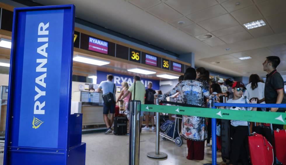 Pasajeros en los mostradores de Ryanair en el aeropuerto de Valencia.