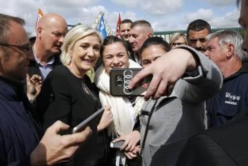 La candidata ultraderechista Marie Le Pen, con los trabajadores de Whirlpool de Amiens.