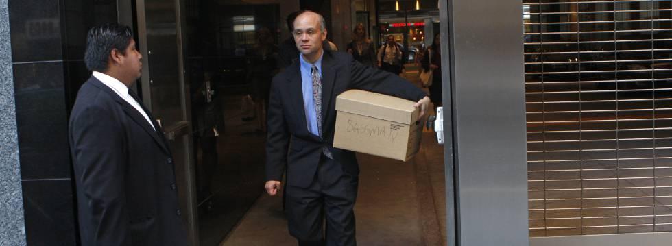 Un empleado de Lehman Brothers sale con sus pertenencias de las oficinas de la firma en Nueva York, el día de la bancarrota.