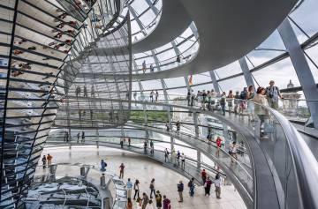 Interior de la cúpula del Reichstag, en Berlín.
