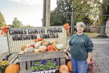 Connie West, de 64 años, vende flores y cereales en una cabaña a una hora de Nashville.