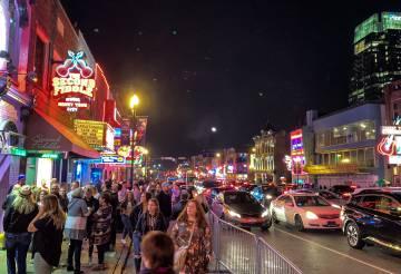 Avenida Broadway, en Nashville, donde están surgiendo nuevas 'start-up' y ha mudado su sede algún grupo de inversión.
