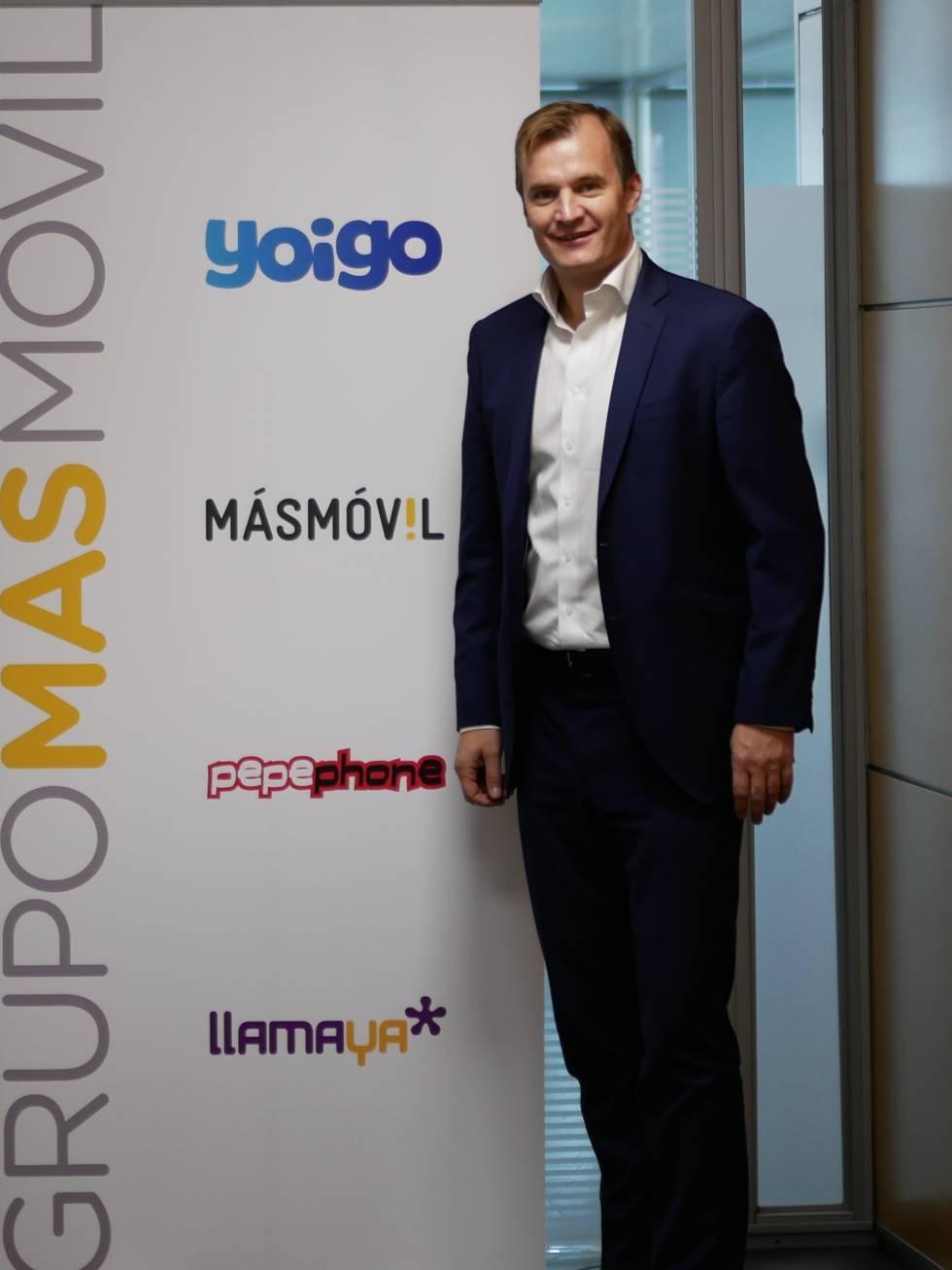 Meinrad Spenger, consejero delegado de MásMóvil, y las cuatro marcas comerciales de MásMóvil, a la que se suma ahora Lebara.