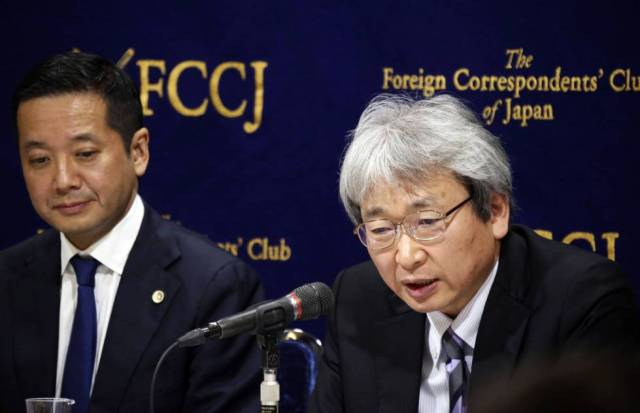 Motonari Otsuru, abogado de Carlos Ghosn, explica a la prensa cómo ha transcurrido el juicio.