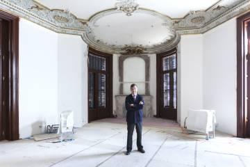 Carlos Lamela posa en el antiguo despacho de Mario Conde.