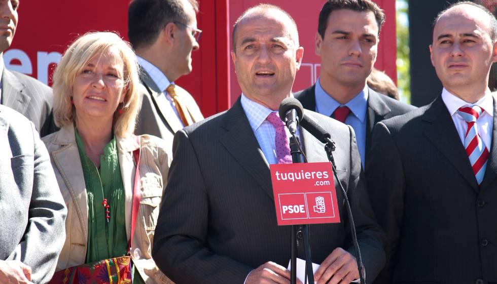 Miguel Sebastián, candidato del PSOE a alcalde de Madrid, en 2007, con Pedro Sánchez a su espalda.