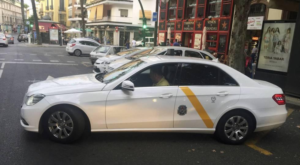 Una parada de taxis en Sevilla.