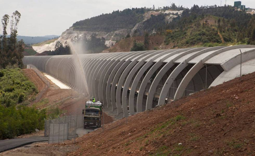 Obras en la línea de AVE de Orense a Santiago.