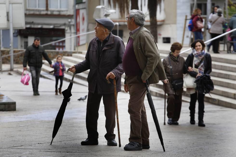 Jubilados paseando por Santa Coloma de Gramenet (Barcelona).