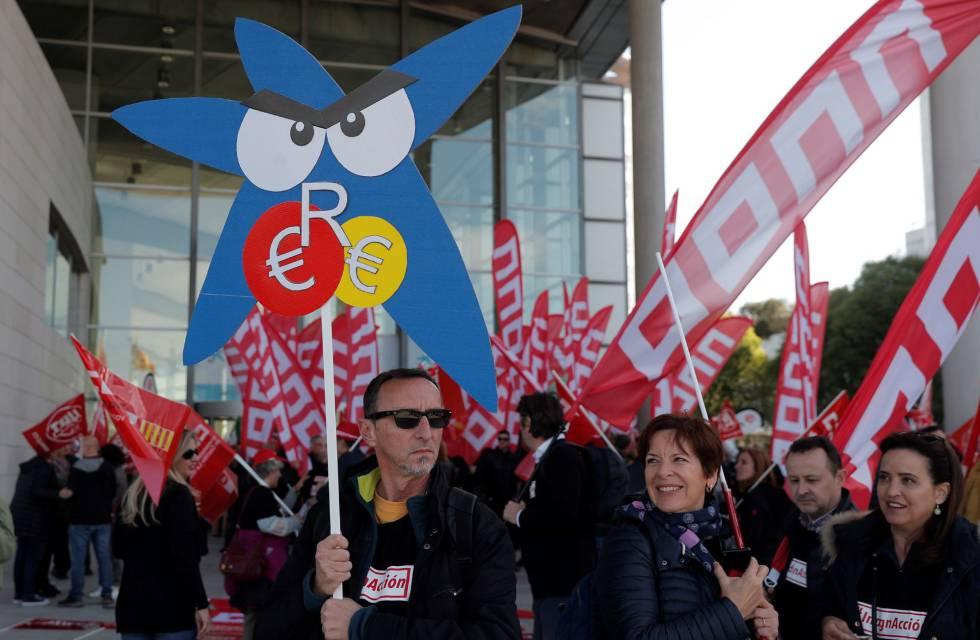 Manifestantes, frente al Palacio de Congresos de Valencia, este viernes.