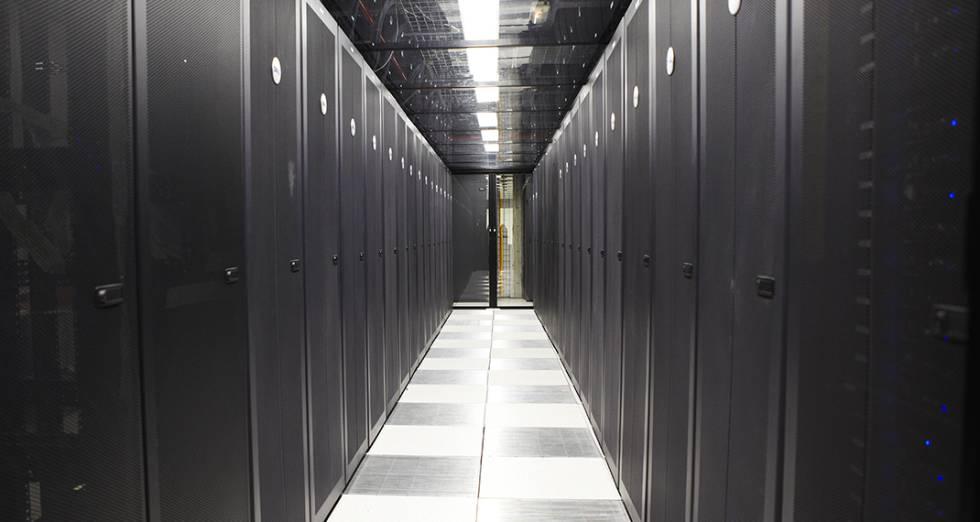 En las distintas salas hay más de 14.000 servidores con capacidad de 11 petabytes (equivalentes a unos 180 años de vídeo de alta definición).