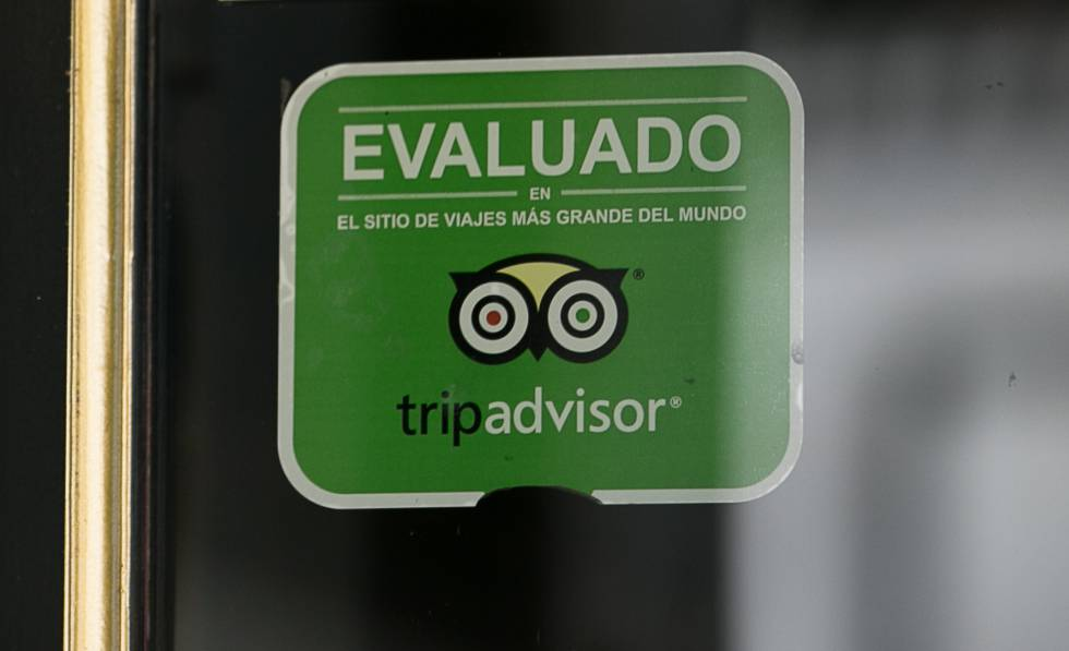 El cartel de Tripadvisor en la entrada de un local en el centro de Barcelona.