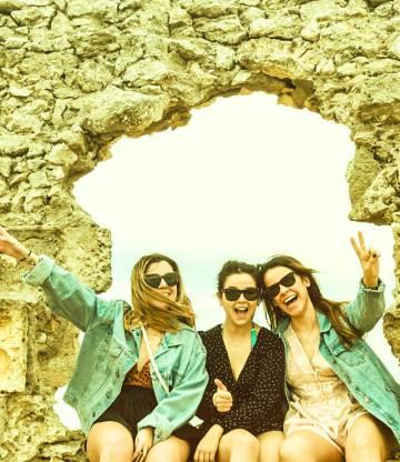 Alba Canteli, a la izquierda, posa con las dos amigas con las que vive.