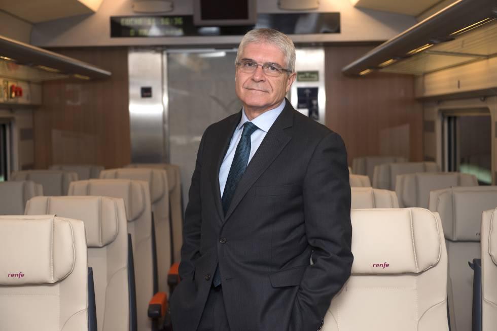 El presidente de Renfe, Isaías Táboas, en el interior de un vagón del tren AVLO.