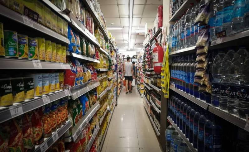 Argentinos hacen compras en un supermercado de Buenos Aires.