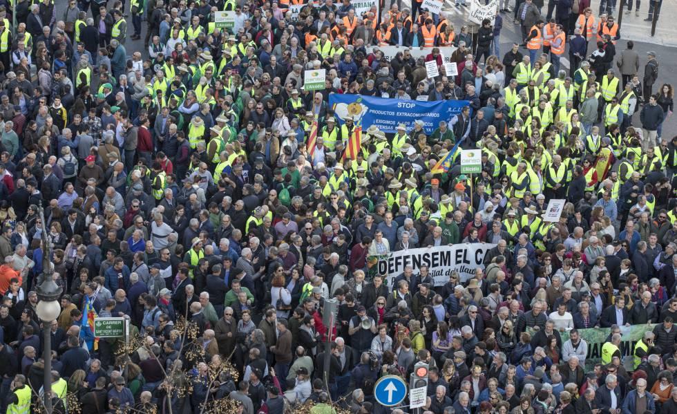 Miles de manifestantes en el centro de Valencia.