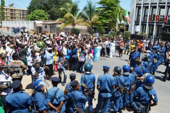 """Miembros del movimiento """"anti tercer mandato"""" frente a la policía en una imagen difundida por un bloguero de Yaga Burundi."""