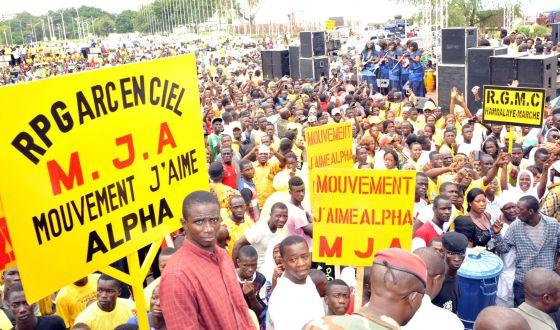 Des partisans du Rassemblement du peuple de Guinée le 11 août, 2015, à Conakry, lors de la convention nationale du parti dans lequel le Président de la Guinée Alpha Condé a été nominé pour les prochaines élections en octobre 2015. / CELLOU BINANI (AFP PHOTO)