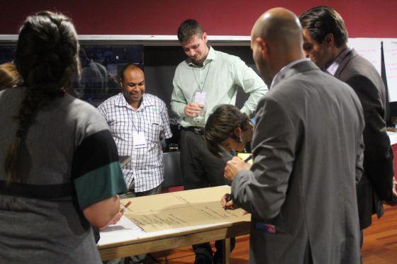 El tunecino Aymen Louhichi, en el centro con camisa de cuadros, participa en uno de los talleres del encuentro.