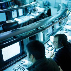 Empleados de la corporación Symantec analizan datos para la protección de clientes ante ataques de piratas informáticos.