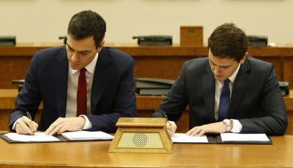 Firma del pacto entre Sánchez y Rivera, el pasado febrero.