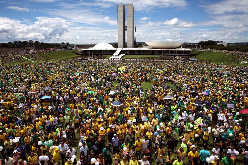 Unas 100.000 personas se manifiestan ante el Congreso Nacional en Brasilia para manifestar su respaldo al juicio político que la oposición promueve contra la presidenta Dilma Rousseff.