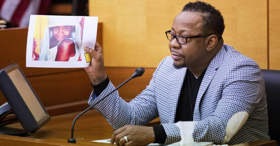 Bobby Brown sostiene una imagen de su hija Bobbi Kristina Brown, durante el juicio contra Nick Gordon, en Atlanta.