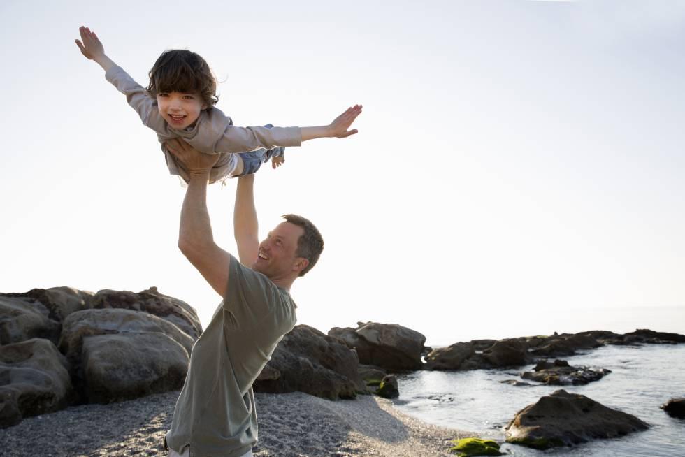 El cuidado y el apego del padre supone una educación más igualitaria, un mayor desarrollo en la empatía y una mejora de las capacidades sociales de los niños.
