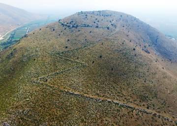Los restos de las murallas serpentean por la colina.