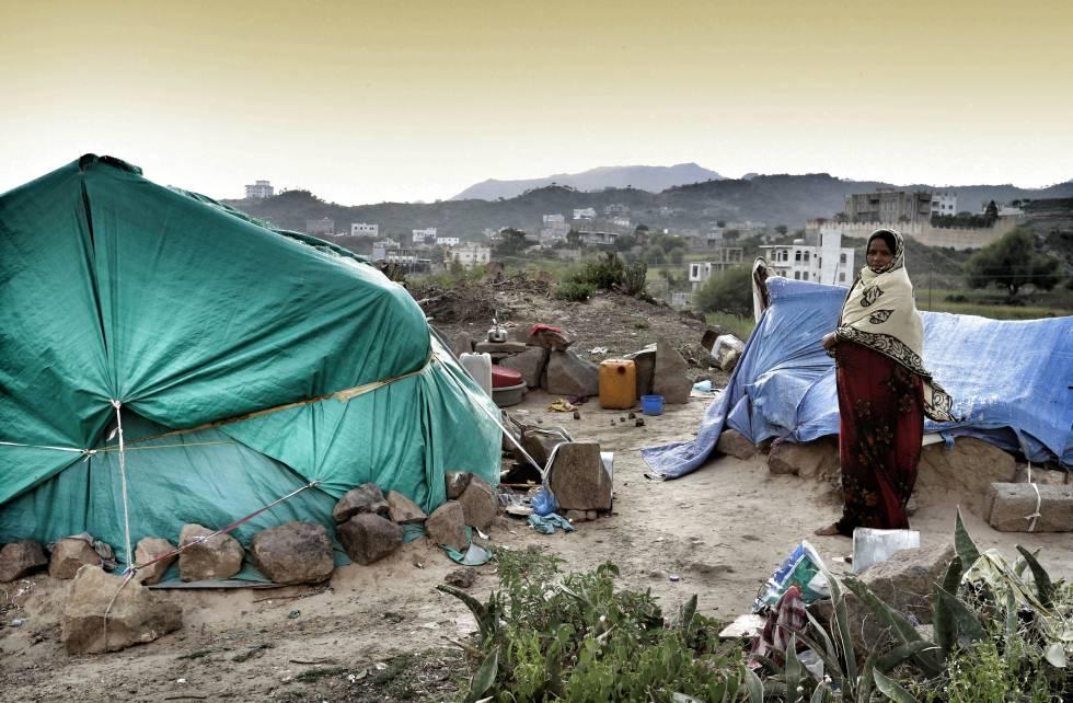Una mujer desplazada vive en un tienda en el distrito de Al Huban en Taiz.
