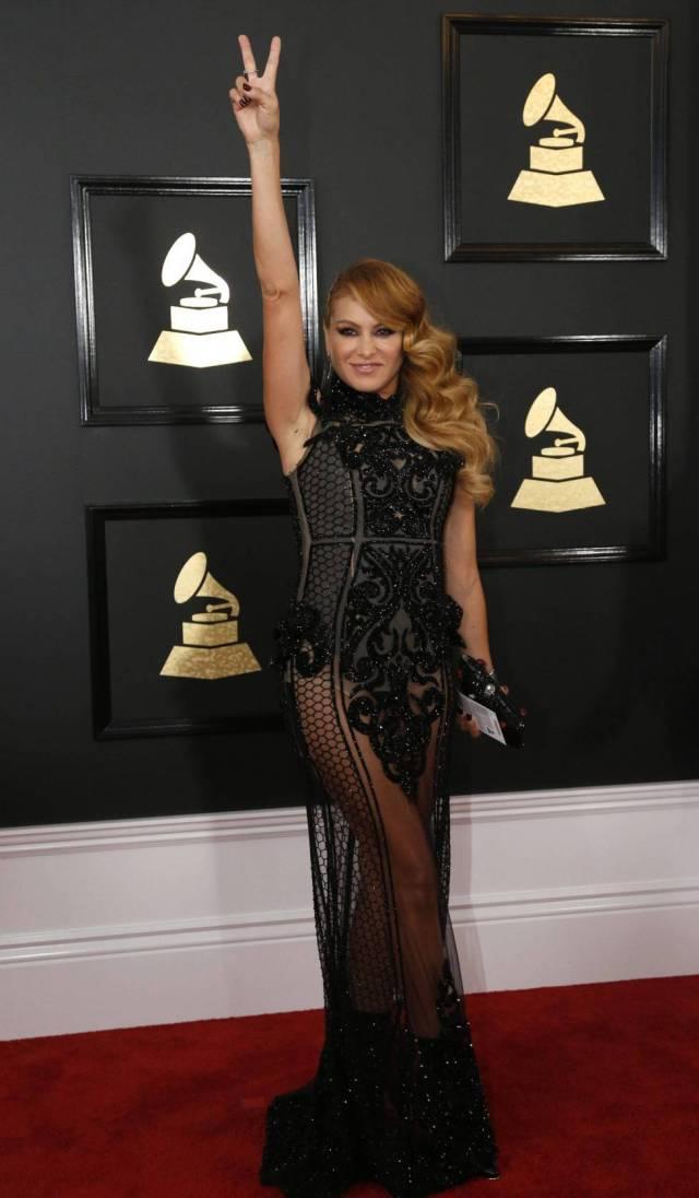 Paulina Rubio monta el 'show' en la alfombra roja de los Grammy 2017