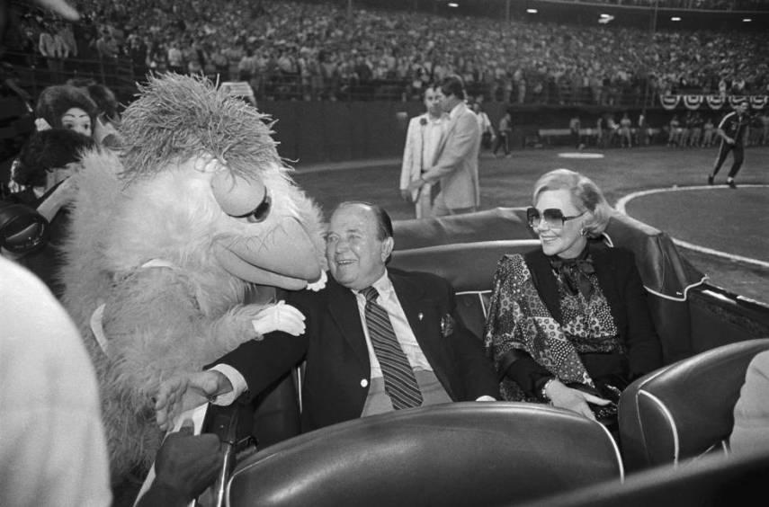 Ray Kroc y su esposa, Joan, son recibidos en el estadio Jack Murphy de San Diego, cuando él cumplió 80 años. Fue en 1982. El pollo es una de las mascotas de la ciudad.