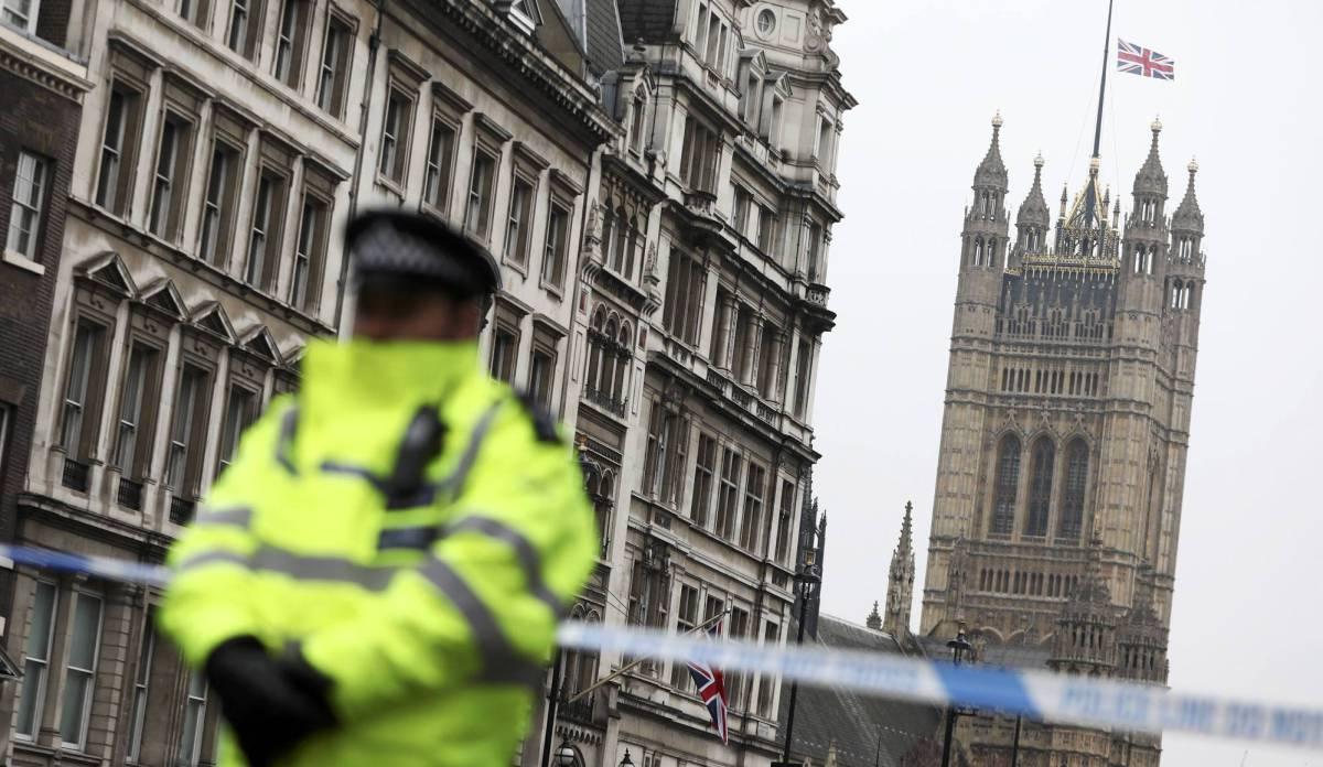 Bandera a media asta en el Parlamento de Londres.