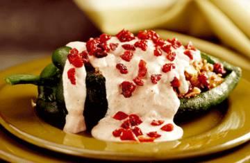 Chiles poblanos rellenos de arándano, nueces y quinoa.