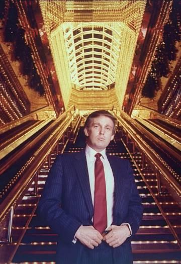 Un joven Donald Trump posa en 1989 en una torre que decidió bautizar con su nombre.