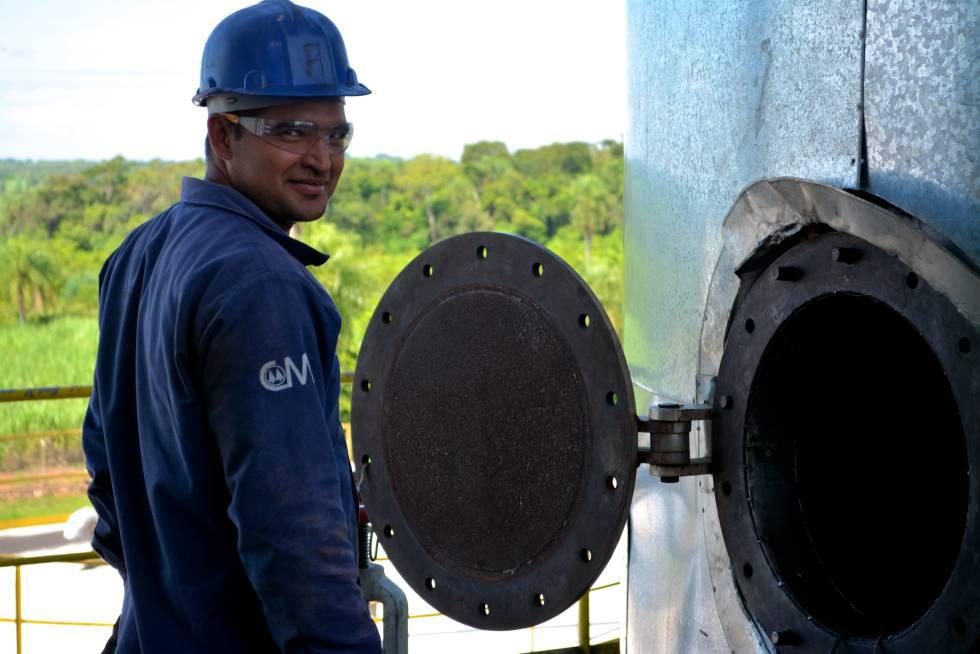 Un empleado de Manduvirá, durante los trabajos de mantenimiento de la fábrica, que para durante 155 días al año.