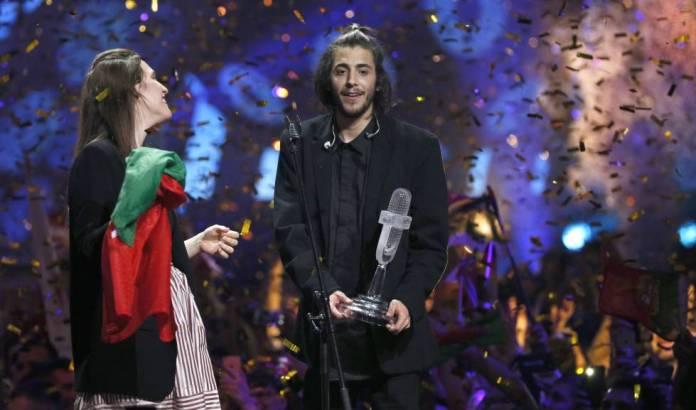 Salvador Sobral, con su hermana sobre el escenario de Eurovisión.
