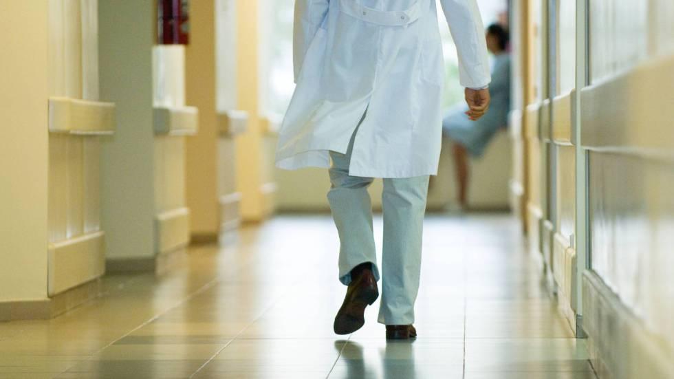 Un médico en el pasillo de un hospital.