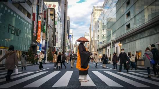 Un hombre ataviado a la antigua usanza cruza un paso de cebra de la calle Ginza, la vía comercial más cosmopolita de Tokio