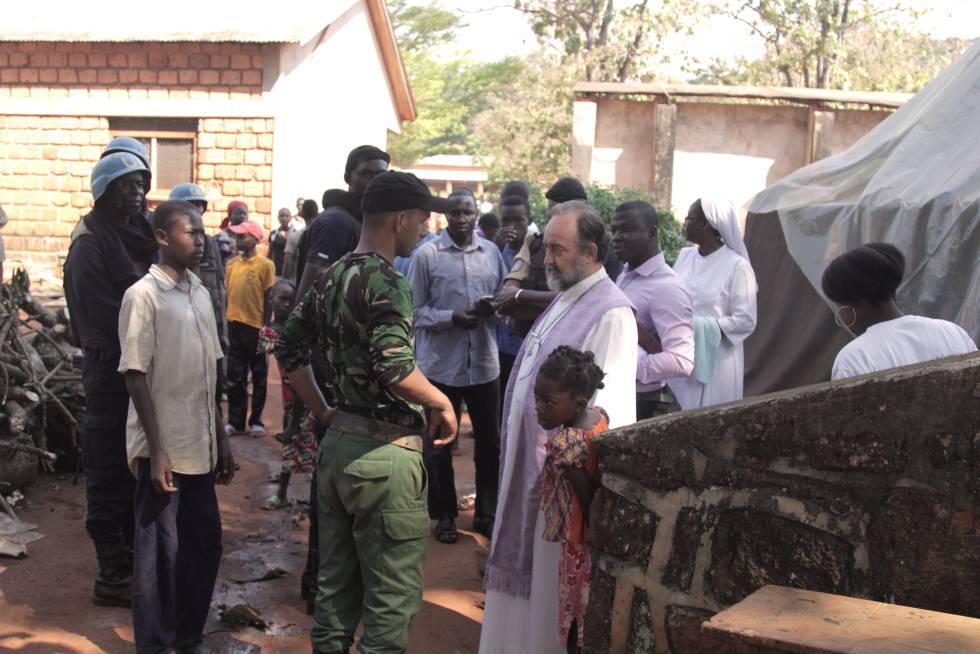 Alí Idriss y monseñor Aguirre conversan en el campo de refugiados.