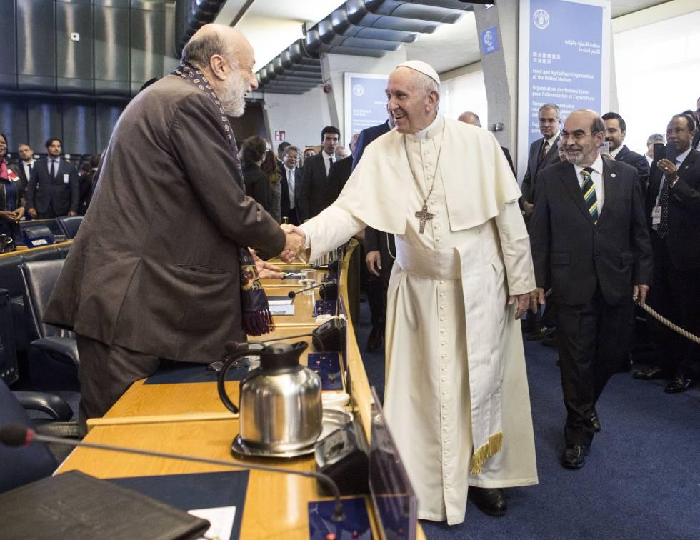Petrini (izquierda) saluda al papa Francisco en presencia del director general de la FAO, José Graziano da Silva.