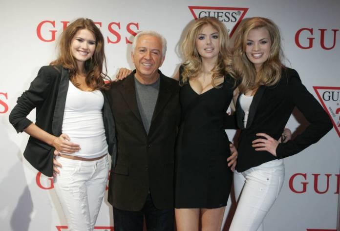 El cofundador de Guess, Paul Marciano, junto a la modelo Kate Upton y otras dos modelos en 2011.