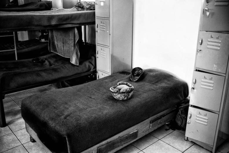 Un casco militar reglamentario sobre el catre de uno de los soldados, en el dormitorio del cuartel. Todos lo llevan fuera de la base.