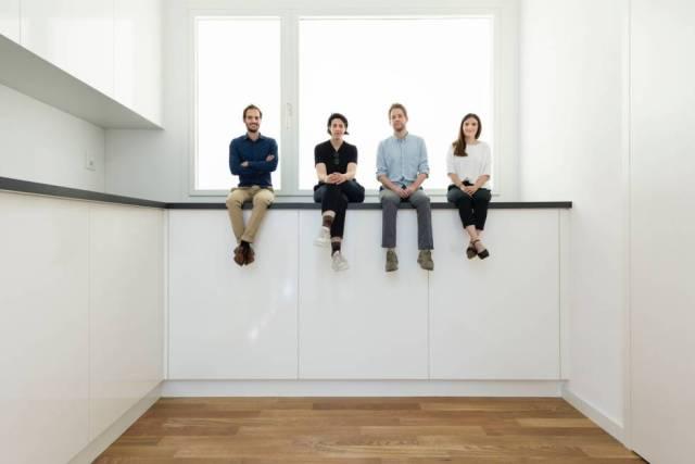 Alessandro Bosshard, Li Tavor, Matthew van der Ploeg y Ani Viherwaara, arquitectos del pabellón suizo, sentados en su interior.rn rn
