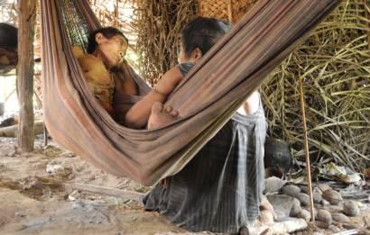 Jakarewyj, mulher awá, jaz gravemente doente em uma rede junto a sua irmã Amakaria, em abril de 2015, pouco depois do primeiro contato com a sociedade exterior.