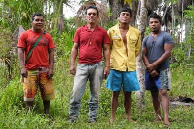 Quatro homens Guajajara membros dos Guardiões da Amazônia.