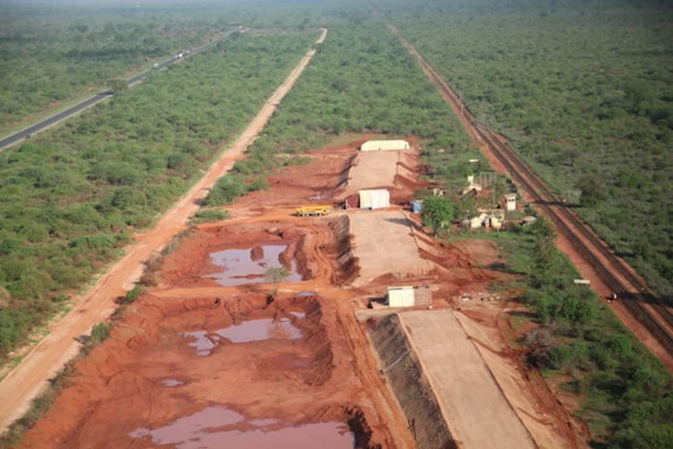 Construcción de una autopista entre los Parques nacionales Tsavo Oriental y Tsavo Occidental en Kenia.